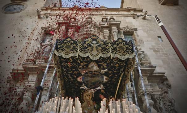 Anímate a participar en la Procesión del Domingo de Ramos como Dama de Mantilla